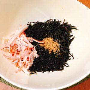 ひじきとカニカマ煮と調味料