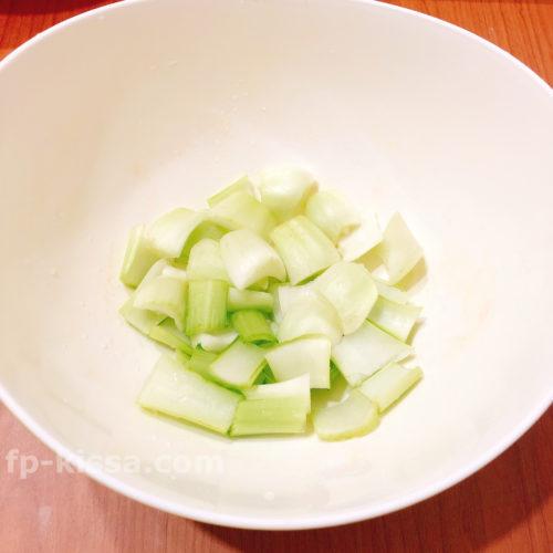 チンゲン菜の芯の部分を耐熱容器に先にいれる