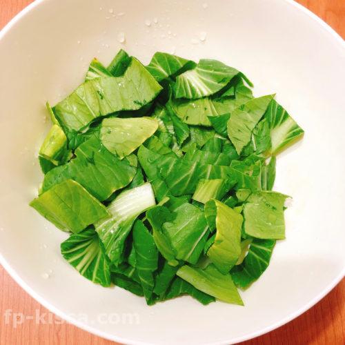 チンゲン菜の葉の部分をカットしていれる