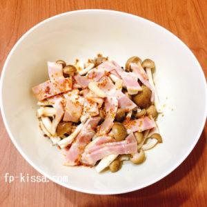 きのことベーコンのうま煮にの材料に調味料をいれる