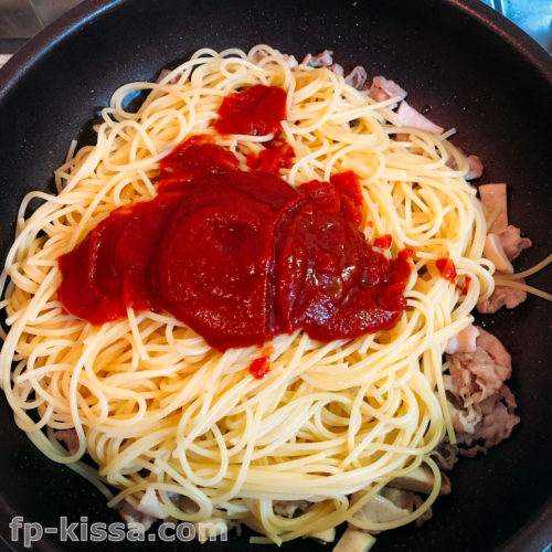 豚肉とエリンギにパスタとトマトケチャップとオリーブオイルをいれる
