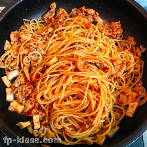 トマトケチャップがパスタと具材にいきわたるように混ぜる