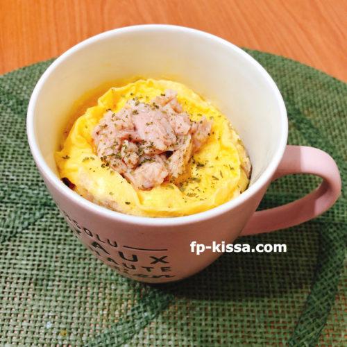 ピンク色のマグカップに入った和風ツナマヨオムライス