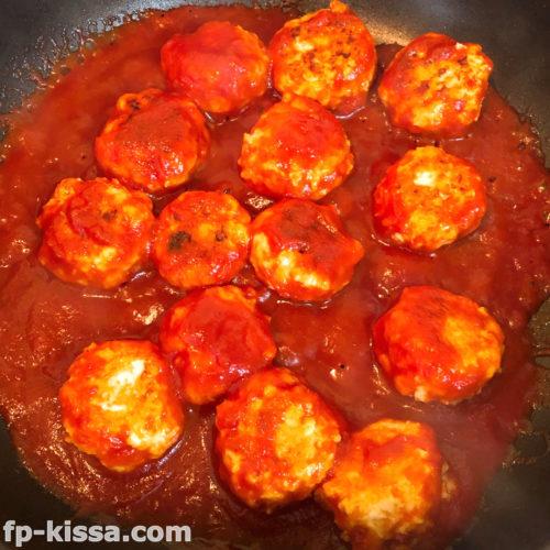 鶏つくねにトマトソースを加える