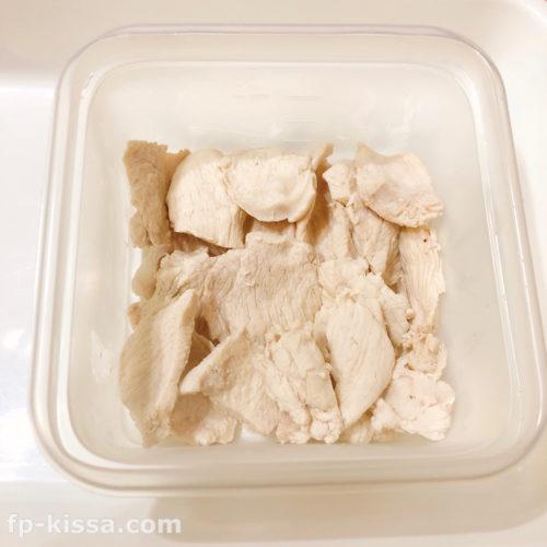 タッパーに鶏むね肉を並べる
