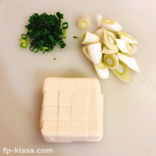 青ネギと白ネギと豆腐をカット